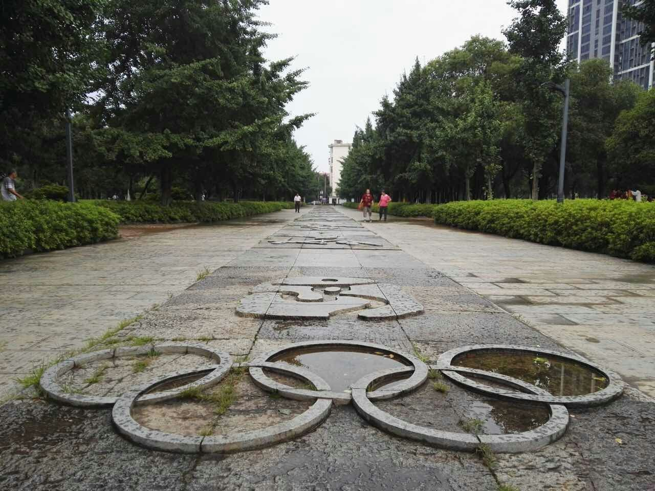 公园西门为欧式大门广场—地面竞技浮雕—体育石雕